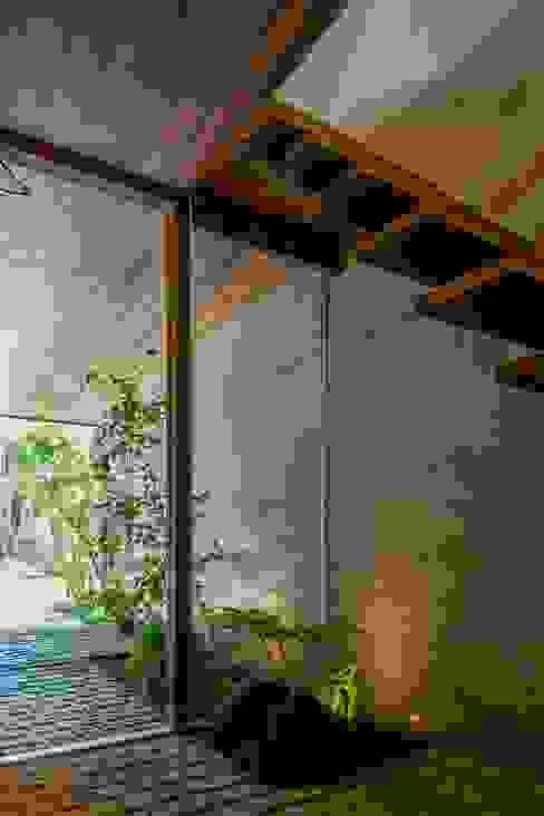 現代風玄關、走廊與階梯 根據 今井賢悟建築設計工房 現代風 水泥