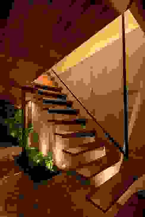 ストリップ階段 モダンスタイルの 玄関&廊下&階段 の 今井賢悟建築設計工房 モダン コンクリート