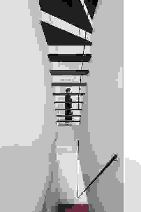 現代風玄關、走廊與階梯 根據 今井賢悟建築設計工房 現代風 實木 Multicolored
