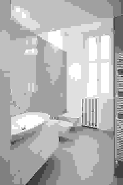 Salle de bain moderne par Chantal Forzatti architetto Moderne Tuiles