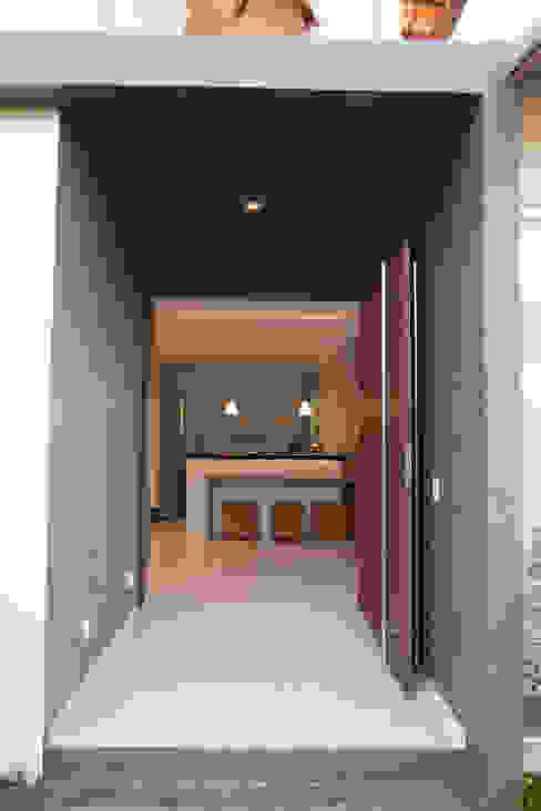 Entrada Principal por MORSCH WILKINSON arquitetura Moderno Concreto