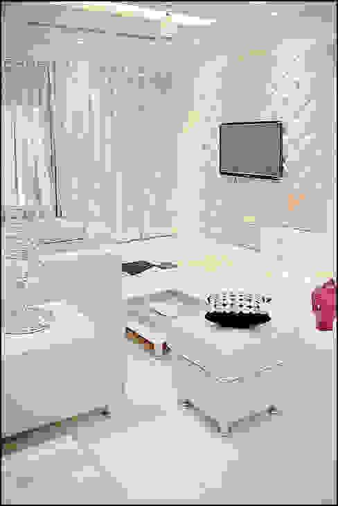La tierra,Pune:  Living room by H interior Design