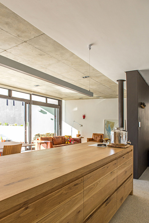ALTERATION SEA POINT, CAPE TOWN:  Kitchen by Grobler Architects,