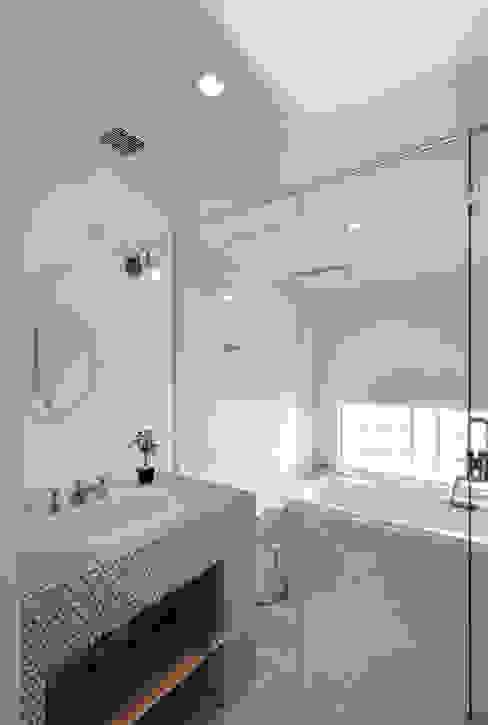lani ebisu バスルーム Koshigoe Architects 腰越耕太建築設計事務所 モダンスタイルの お風呂 タイル 白色
