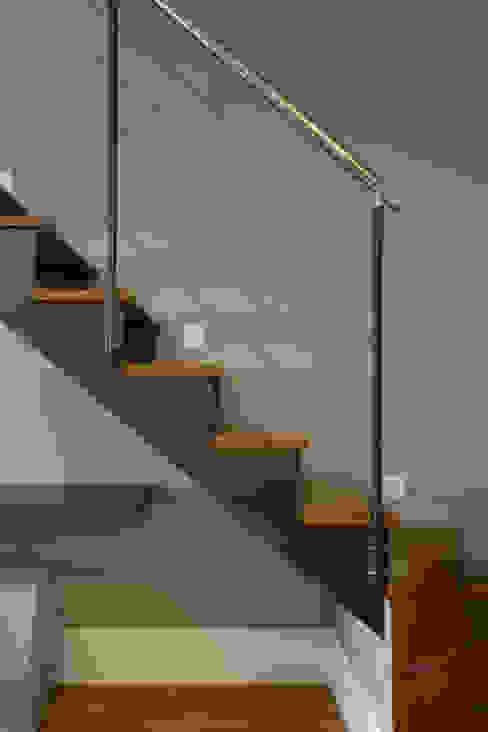Semíramis Alice Arquitetura & Design Koridor & Tangga Modern Grey