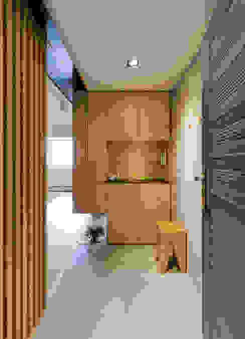 Pasillos, vestíbulos y escaleras de estilo minimalista de 御見設計企業有限公司 Minimalista Madera Acabado en madera
