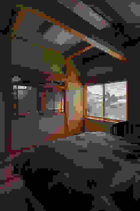 寝室 オリジナルスタイルの 寝室 の 安藤建築設計工房 オリジナル 木 木目調