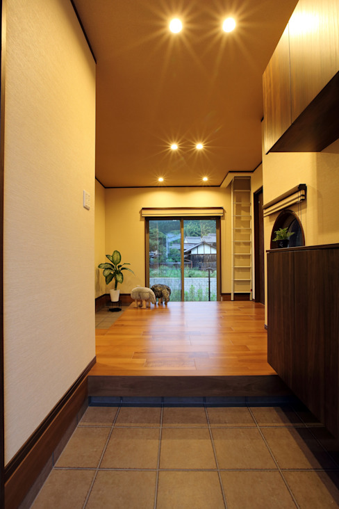 Modern Corridor, Hallway and Staircase by やまぐち建築設計室 Modern Wood-Plastic Composite
