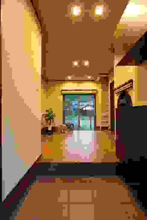 Pasillos y vestíbulos de estilo  por やまぐち建築設計室,