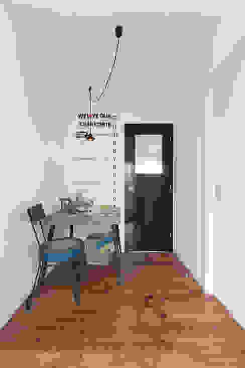 Eklektyczny korytarz, przedpokój i schody od オレンジハウス Eklektyczny