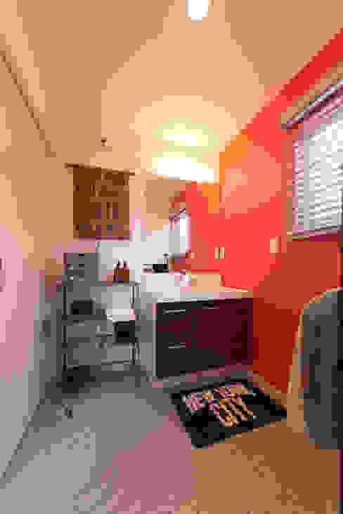 Eklektyczna łazienka od オレンジハウス Eklektyczny