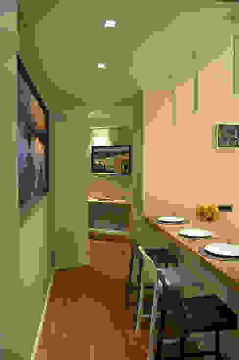 Pasillos, vestíbulos y escaleras modernos de danielainzerillo architetto&relooker Moderno