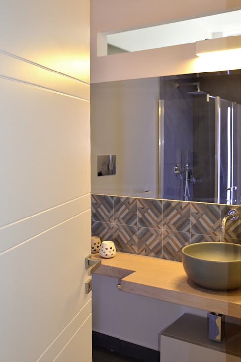 Baños modernos de danielainzerillo architetto&relooker Moderno