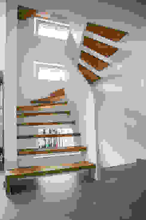 1/2 gewendelte Treppe mit brüstungshohen Wangen Holzmanufaktur Ballert e.K. Moderner Flur, Diele & Treppenhaus Holz