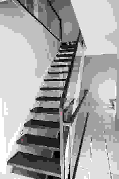 Gerade Treppe mit Glasgeländer Holzmanufaktur Ballert e.K. Moderner Flur, Diele & Treppenhaus