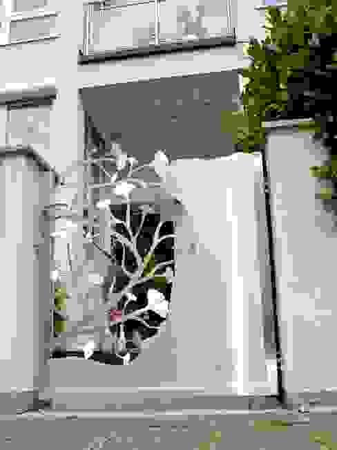 Edelstahl Ginkgotor von Edelstahl Atelier Crouse: Modern Metall
