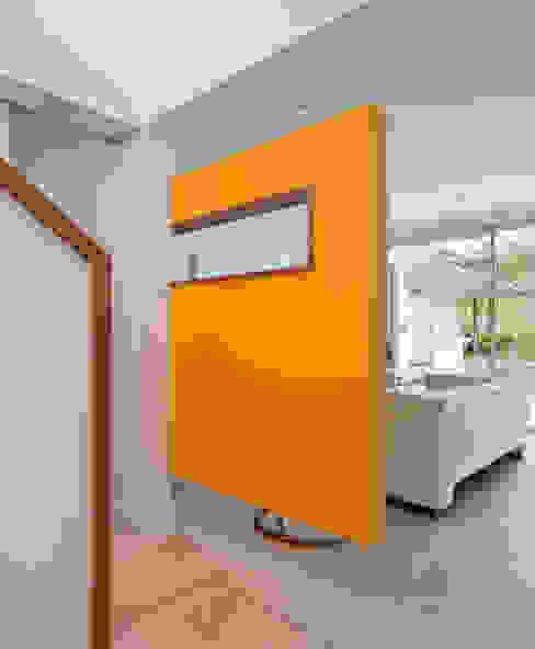 Living Paredes y pisos de estilo minimalista de [ER+] Arquitectura y Construcción Minimalista