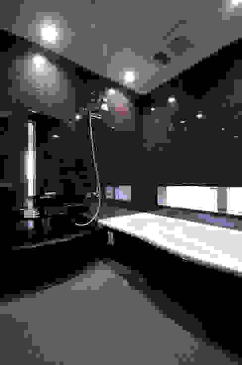 3つの天窓のある家 前田敦計画工房 モダンスタイルの お風呂