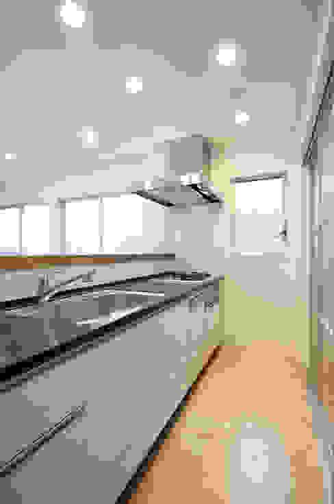 3つの天窓のある家 前田敦計画工房 モダンな キッチン