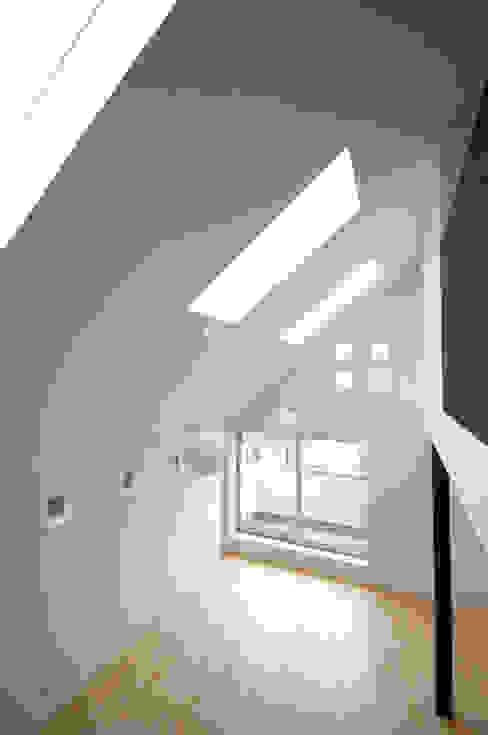Living room by 前田敦計画工房, Modern