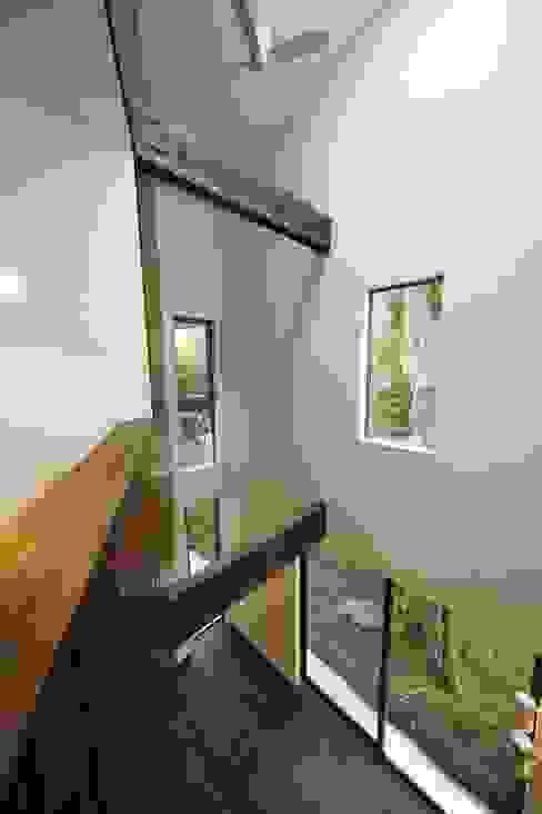 逆遠近法の家 モダンデザインの リビング の 前田敦計画工房 モダン
