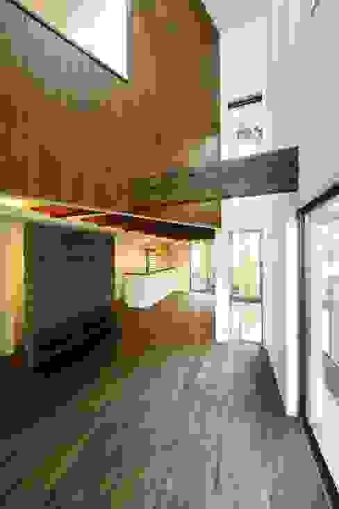 逆遠近法の家 モダンスタイルの 玄関&廊下&階段 の 前田敦計画工房 モダン