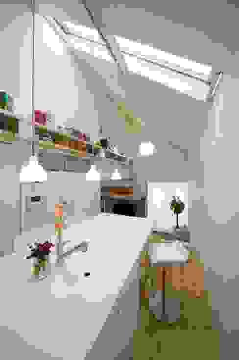 スキップフロアの家/白金台(愛犬家住宅) 前田敦計画工房 モダンな キッチン