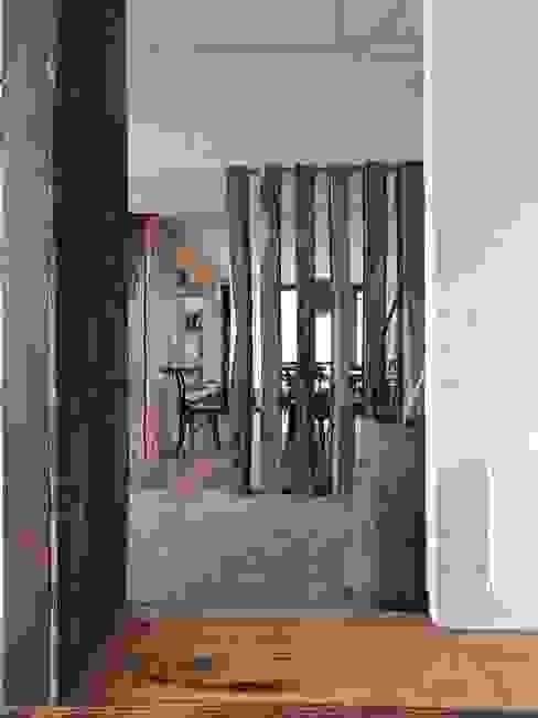 casa en Lago Calafquen Chile Pasillos, halls y escaleras rústicos de David y Letelier Estudio de Arquitectura Ltda. Rústico