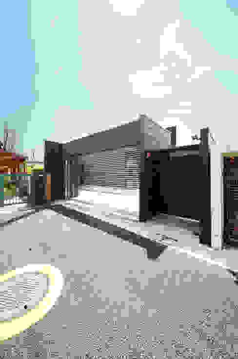 板金仕上げのシャッターゲート TERAJIMA ARCHITECTS/テラジマアーキテクツ モダンな 家