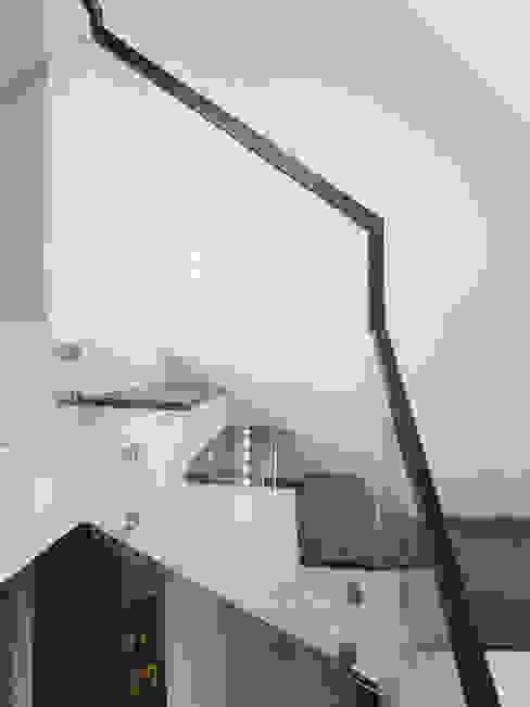 Koridor & Tangga Minimalis Oleh RÂU ARCH Minimalis