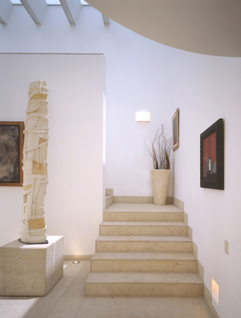 VÁZQUEZ DEL MERCADO - ARQUITECTURA Modern Corridor, Hallway and Staircase