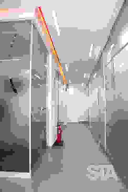 Pasillo - Cubículos de Atención: Oficinas y Tiendas de estilo  por Soluciones Técnicas y de Arquitectura ,