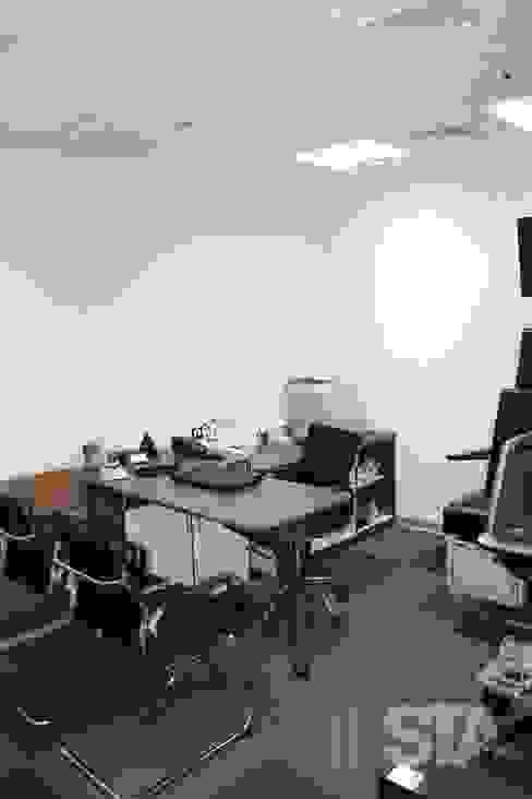 Consultorio Secundario: Oficinas y Tiendas de estilo  por Soluciones Técnicas y de Arquitectura ,