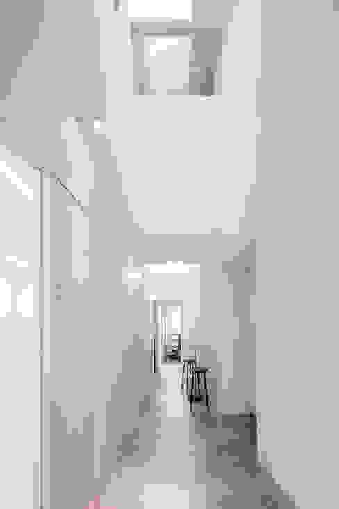 coneco bld. ミニマルスタイルの 玄関&廊下&階段 の 一色玲児 建築設計事務所 / ISSHIKI REIJI ARCHITECTS ミニマル