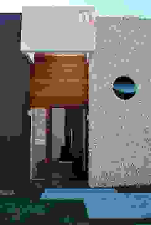 現代風玄關、走廊與階梯 根據 Studio RW Arquitetura 現代風