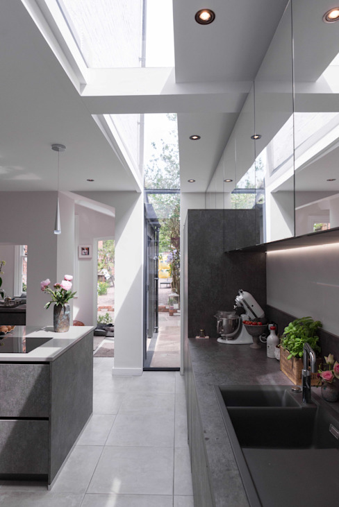 Kitchen extension with slot rooflight Cocinas de estilo moderno de guy taylor associates Moderno