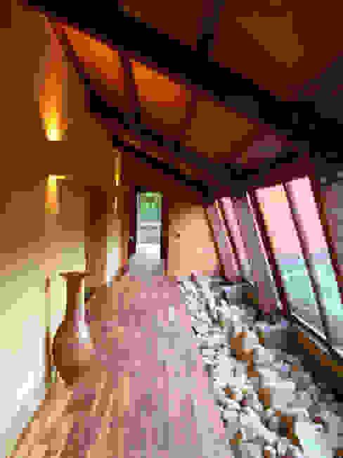 Corredor interior Pasillos, vestíbulos y escaleras de estilo rústico de CUNA ARQUITECTURA INGENIERÍA SOSTENIBLE Rústico Piedra