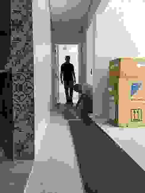Apto com piso de madeira Triângulo Pisos Rodapé.com Corredores, halls e escadas rústicos
