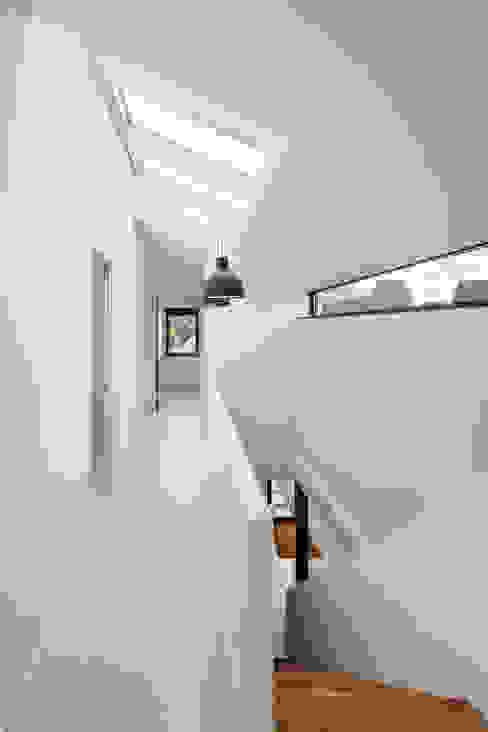 Modern corridor, hallway & stairs by BNLA architecten Modern