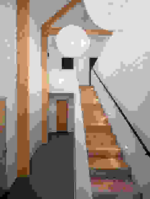 Коридор, прихожая и лестница в модерн стиле от BNLA architecten Модерн