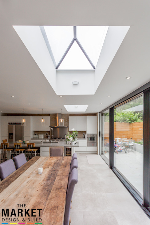 STUNNING NORTH LONDON HOME EXTENSION AND LOFT CONVERSION:  Dining room by The Market Design & Build,