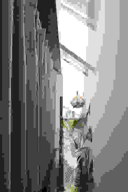 Maison T Hành lang, sảnh & cầu thang phong cách hiện đại bởi NGHIA-ARCHITECT Hiện đại