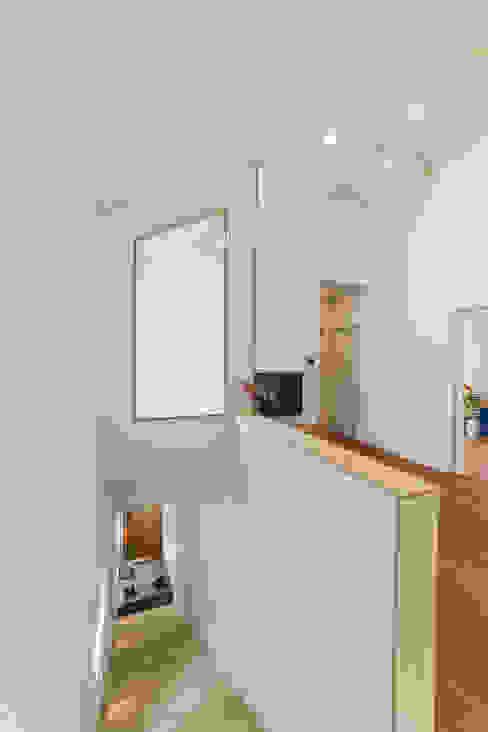 現代風玄關、走廊與階梯 根據 AAPA건축사사무소 現代風
