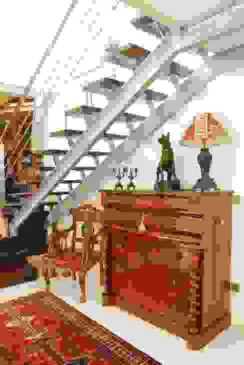 Pasillos, vestíbulos y escaleras de estilo moderno de RUSTICASA Moderno Madera Acabado en madera
