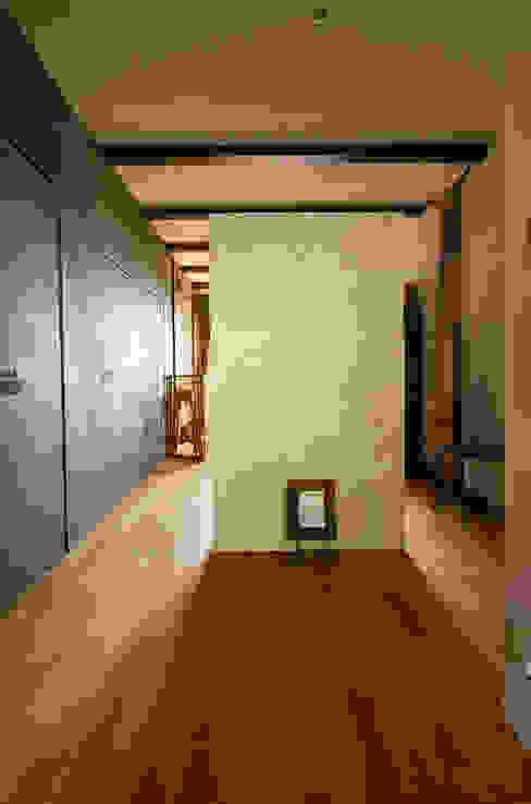 mori-山 アトリエのある黒い家 / アトリエ4 一級建築士事務所アールタイプ モダンデザインの 書斎 木 ベージュ