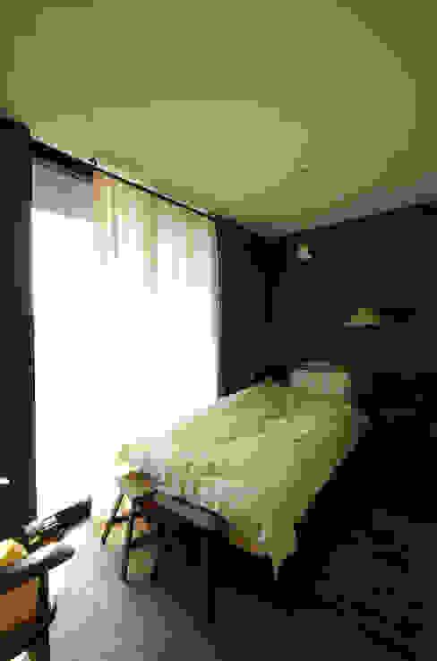 mori-山 アトリエのある黒い家 / 寝室 一級建築士事務所アールタイプ モダンスタイルの寝室 ガラス 青色