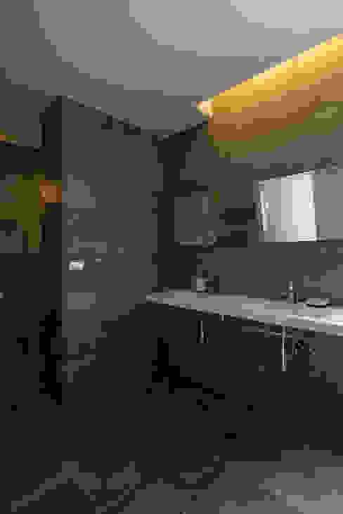 台南12號住宅 現代浴室設計點子、靈感&圖片 根據 築青室內裝修有限公司 現代風