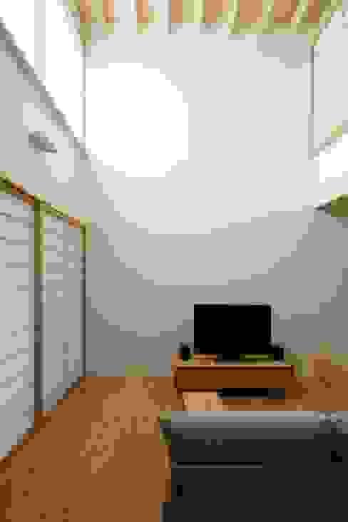 江戸川区K邸 オリジナルデザインの リビング の スタジオ・スペース・クラフト一級建築士事務所 オリジナル 無垢材 多色