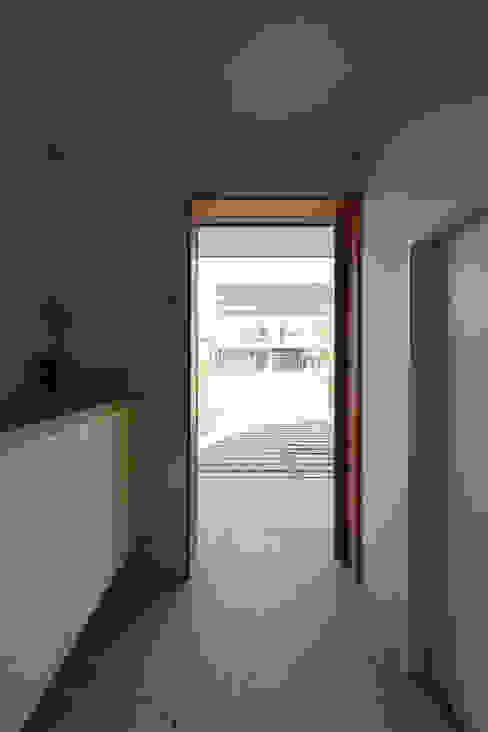 Modern Corridor, Hallway and Staircase by 佐藤重徳建築設計事務所 Modern