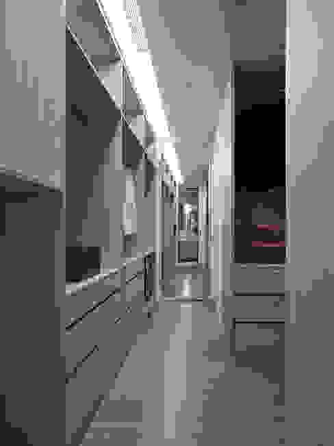 Walk in closet de estilo  por 沐禾設計事務所